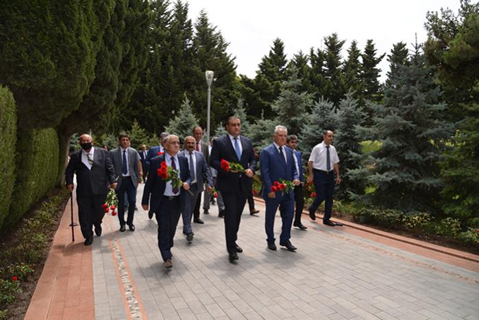 """""""Azpetrol"""" şirkəti ad günü münasibəti ilə Umummilli lider Heydər Əliyevin məzarını ziyarət edib."""
